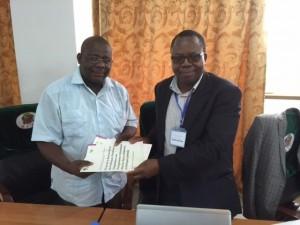 Le Point Focal AfricaInteract pour l'Afrique Centrale remet un jeu de 03 exemplaires des rapports sectoriels de la revue réalisée dans le cadre du Projet en Afrique Centrale au chef de la délégation de Guinée Equatoriale